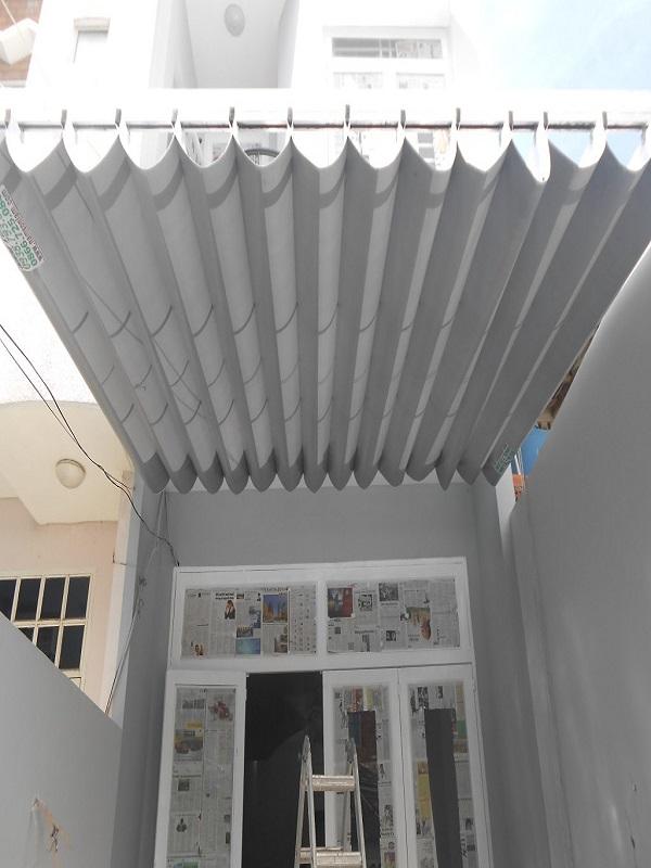 Mẫu mái bạt xếp di động màu trắng cùng tông màu chủ đạo với cả ngôi nhà làm cho ngôi nhà trở nên hài hòa và sang trọng hơn. Mái bạt xếp tiện ích với công năng phù hợp để làm mái che cho sân thượng, sân vườn, hồ bơi,…