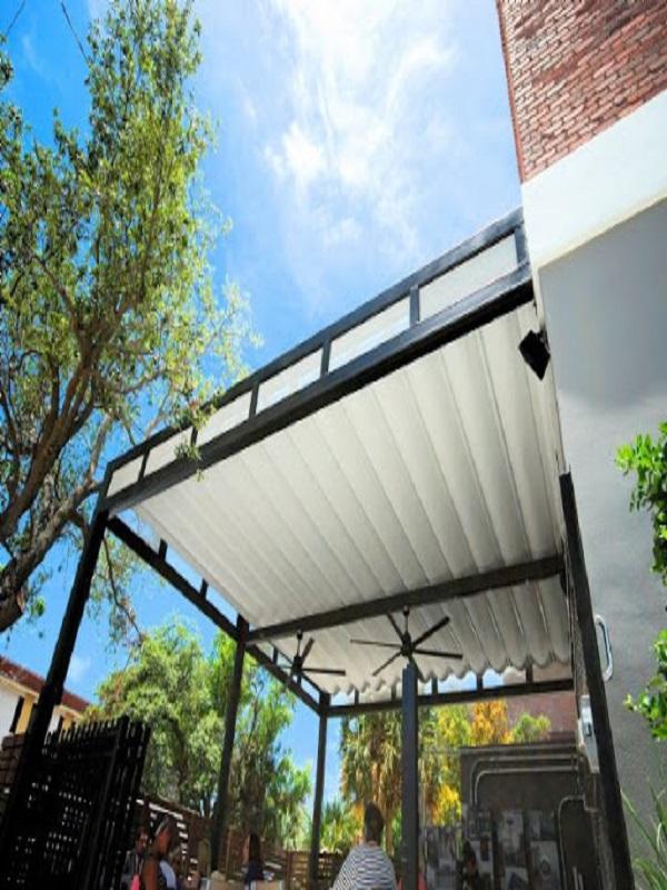 Mẫu mái bạt xếp phù hợp cho không gian sân vườn, sân thượng,… dễ dàng thuận tiện gắp gọn khi không có nhu cầu sử dụng