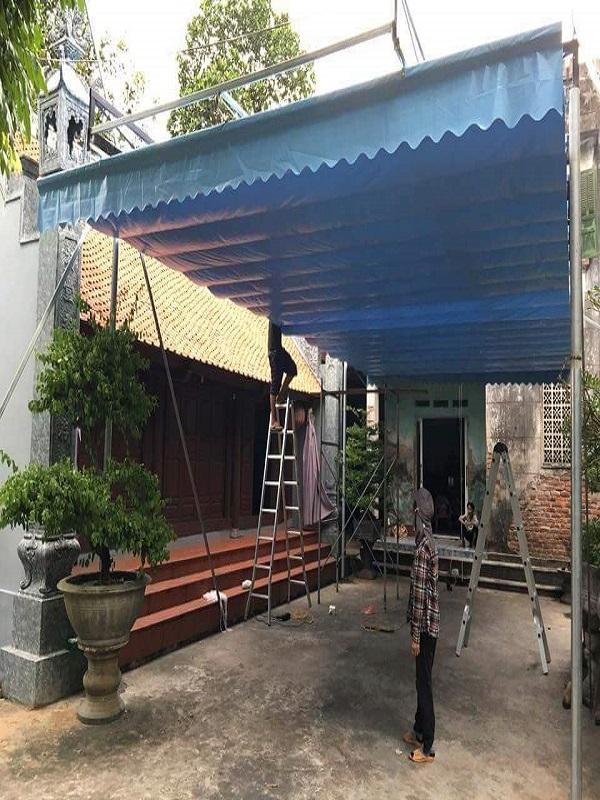 Mái bạt xếp di động sóng nước màu xanh thích hợp làm mái che cho sân trước, sân vườn hoặc ban công sân thượng đều rất phù hợp. Trụ mái bạt đơn giản dễ lắp đặt và tháo lắp.