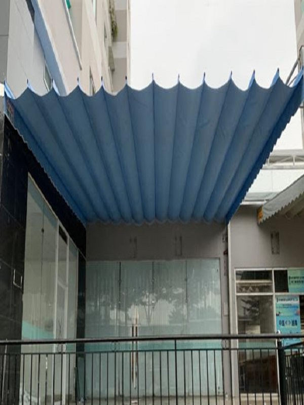 Mẫu mái bạt xếp đơn giản giúp cho thao tác lắp đặt được dễ dàng phù hợp lắp đặt tại tòa nhà, văn phòng và những nơi không quá chú trọng và đòi hỏi tính thẩm mỹ cao