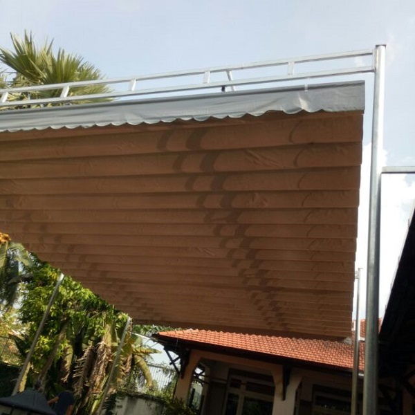 Mái xếp bạt kéo màu nâu gỗ cho hiên nhà