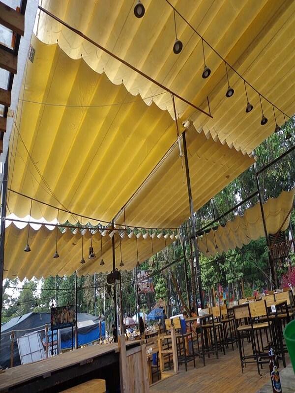 Mái xếp lượn sóng với màu sắc nổi bật bắt mắt phù hợp cho các công trìnhq quán ăn gia đình, quán cà phê,..