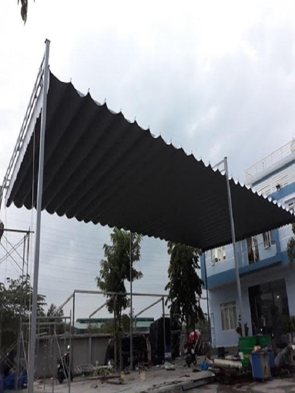 Mẫu mái xếp lượn sóng với màu đen cơ bản dễ phù hợp với nhiều màu sắc nhà ở khác nhau. Kích thước và chiều cao của máy xếp cũng có thể điều chỉnh theo ý muốn của khách hàng