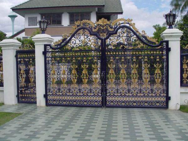 Cổng có hoa văn nổi bật phù hợp với diện tích sân vườn rộng