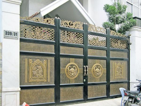 Cổng thiết kế nhiều hoa văn nổi bật