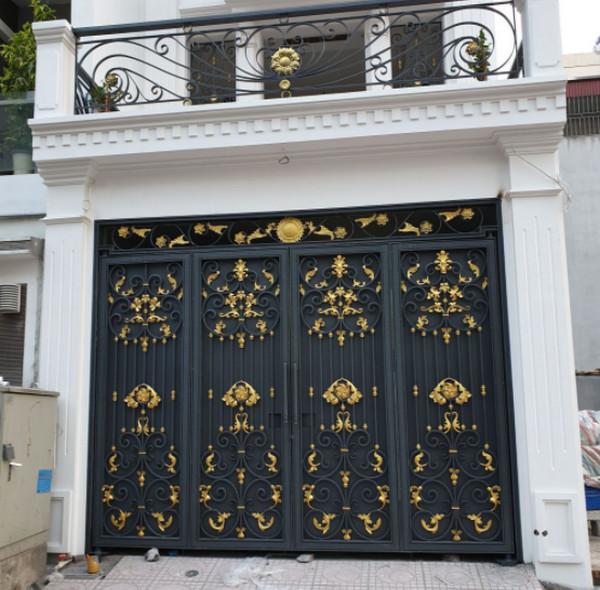 Mẫu kín cổng cao tường với màu sắc vàng đen