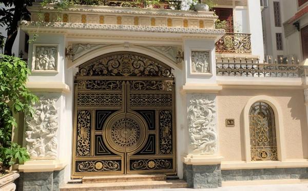 Cổng với hoa văn hình vuông, hình tròn