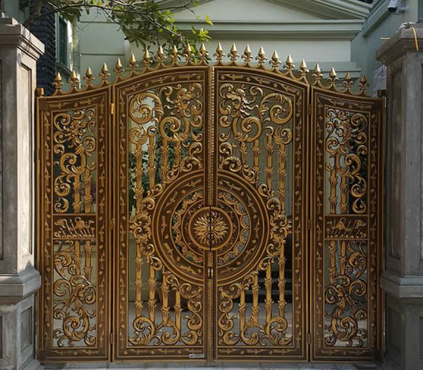 Cổng với hoa văn màu đồng ấn tượng