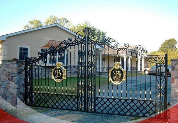 Cổng biệt thự có diện tích sân vườn rộng