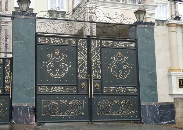 Cổng với thiết kế kín đáo đảm bảo sự riêng tư cho chủ nhà