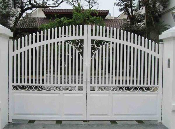Cổng màu trắng với thiết kế đơn giản, đẹp