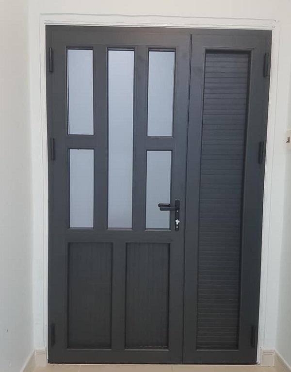 Cửa phòng nhôm Xingfa dành cho phòng ngủ với màu đen cơ bản phù hợp cho nhiều ngôi nhà, màu đen là màu ít bám bẩn dễ vệ sinh nên là màu khá đươc nhiều người lựa chọn