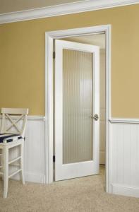 Hệ cửa mở quay đơn giản cùng màu trắng cơ bản phù hợp với những căn hộ nhỏ của các cặp vợ chồng son không cần quá nhiều diện tích sinh hoạt