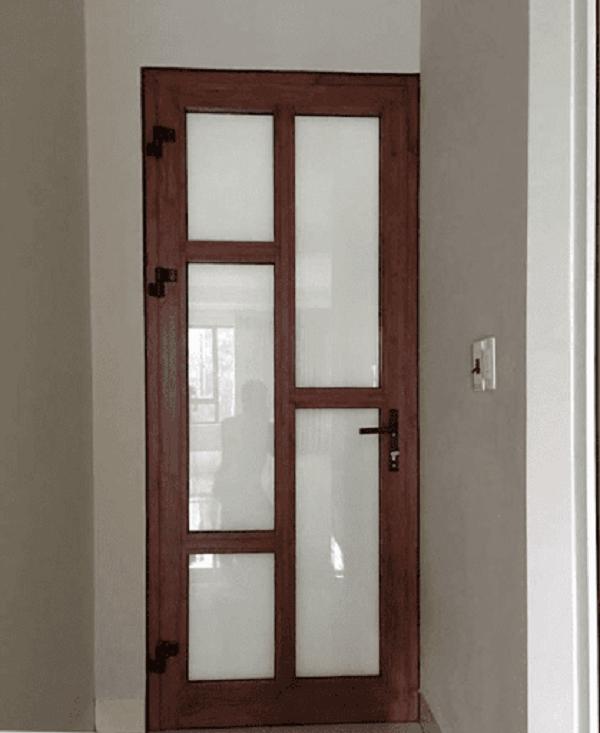 Cửa nâu gỗ nhôm Xingfa chia ô cực tiện lợi, dễ thao tác và vệ sinh cho cửa