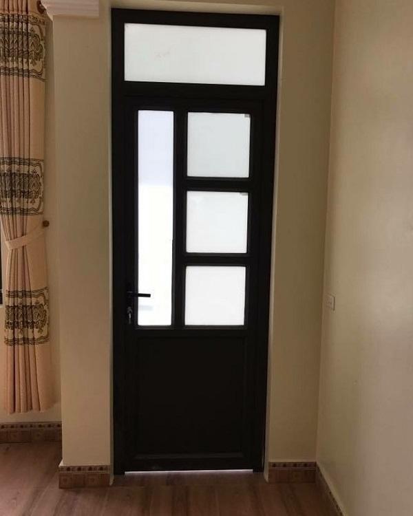 Mẫu cửa đen tuyền chia ô thích hợp cho các phòng ngủ có kích thước nhỏ sẽ không tạo cảm giác bí bách