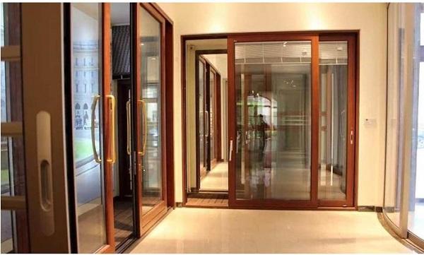 Màu nâu gỗ là màu của sự sang trọng cổ điển. Mẫu cửa nhôm Xingfa này phù hợp vói những kiến trúc nhà cổ kính và có các màu nội thất khác tương tự