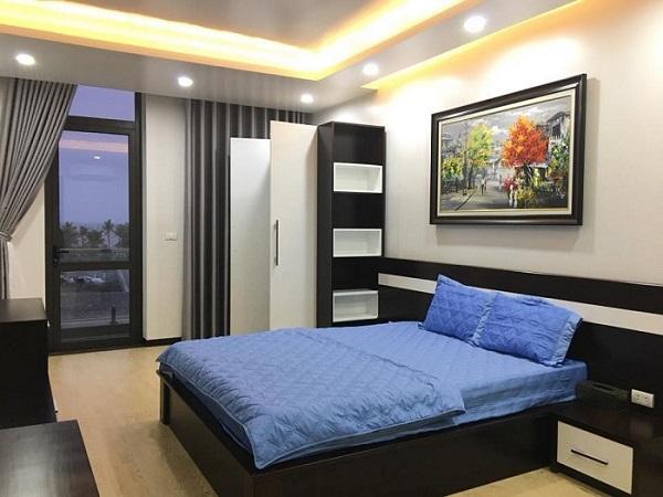 Cửa nhôm Xingfa đen tuyền phù hơp với phòng ngủ của các bạn trẻ hiện đại với không gian phòng ngủ ẩm cúng và tối giản nội thất