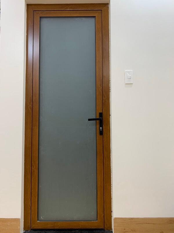 Thêm một mẫu cửa tối giản về kiểu dáng chỉ lấy màu ánh kim làm điểm nhấn