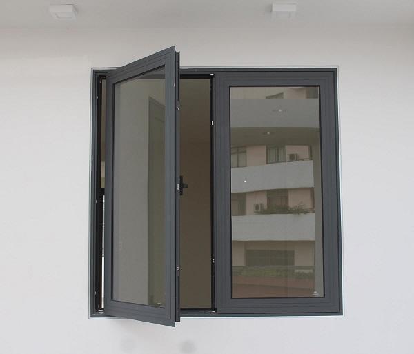Mẫu cửa nhôm Xingfa màu đen huyền mở quay, đây là mẫu cửa quay đơn giản phù hợp với tất cả thiết kế nội thất của nhiều gia đình