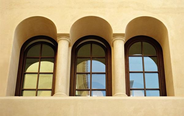 Không chỉ có những khung cửa sổ vuông cổ điển, cửa sổ nhôm Xingfa còn có các kiểu mái vòng cực kì thu hút, màu ánh kim của mẫu cửa này cũng gây được ấn tượng mạnh điểm xuyến nét nổi bật cho tổng thể ngôi nhà