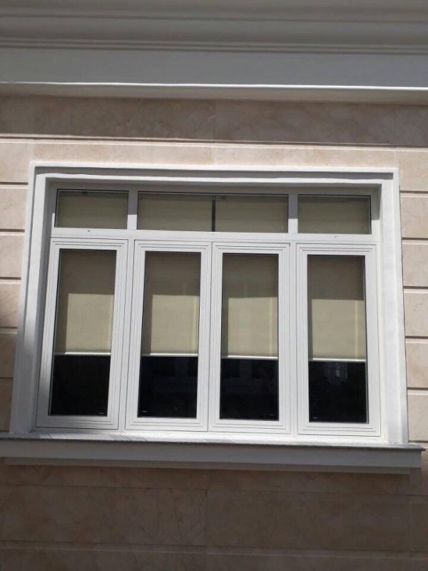 Mẫu cửa sổ trắng 4 cánh mở quay cỡ lớn với cách trên cố định cực chắc chắn. Đây là mẫu cửa phù hợp với những tòa nhà lớn, hội trường hoặc trường học,..