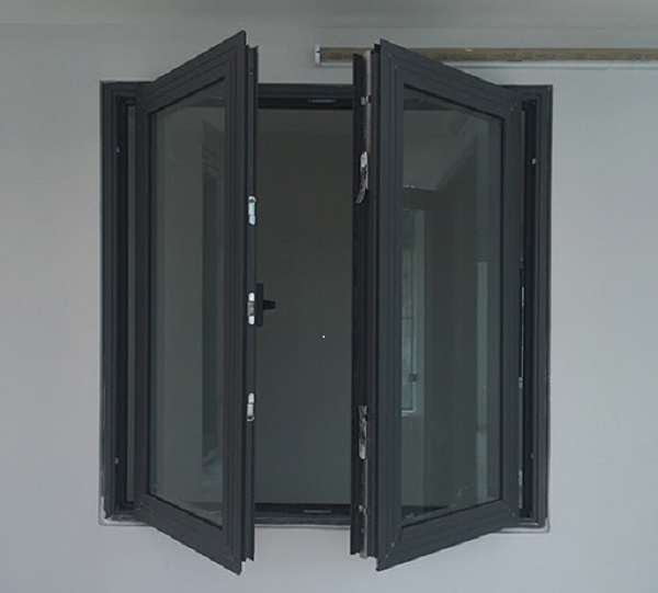 Vì màu đen là màu cơ bản bền màu, ít bám bụi và dễ dàng vệ sinh nên đây cũng là mẫu cửa được nhiều người ưu tiên lựa chọn