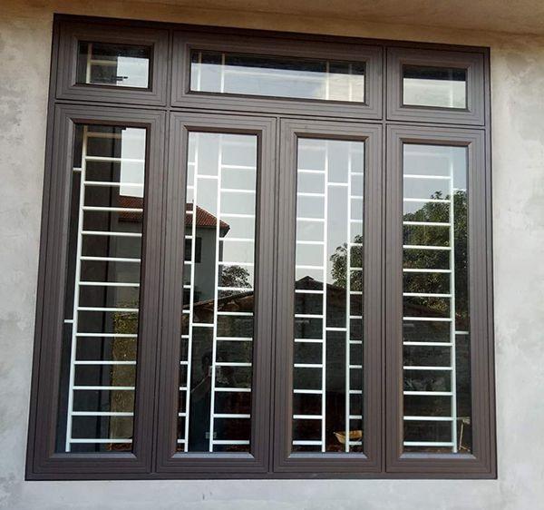 Màu nâu gỗ cũng là màu hot vì nó mang lại cho ngôi nhà vẻ đẹp thanh lịch, có phần cổ kính. Cửa mở quay cùng vách trên cố định cực kì chắc chắn.