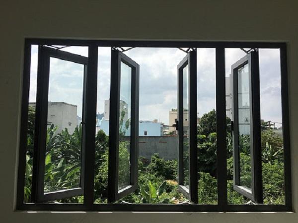 Mẫu cửa sổ màu đen huyền 4 cánh mở quay, tuy nhiên mẫu cửa 4 cánh tương đối lớn nên chỉ phù hợp với những không gian thoáng đãng rộng lớn.