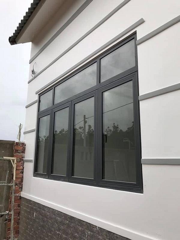 Mẫu cửa nhôm Xingfa 4 cánh cỡ nhỏ phù hợp với hầu hết các hộ gia đình. Có thể lắp đặt làm cửa sổ phòng khách, phòng ngủ hoặc nhà bếp