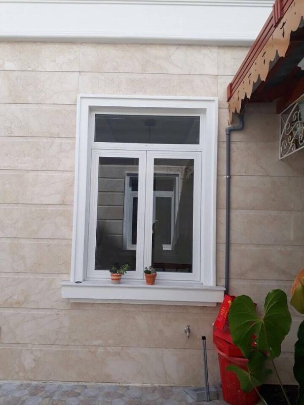 Cửa sổ nhôm Xingfa 2 cánh mở quay cỡ nhỏ phù hợp với các căn hộ nhỏ nhắn ấm cúng. Thêm thắt một số phụ kiện xinh xắn cũng khiến mẫu cửa này trở nên sống động và bắt mắt hơn.