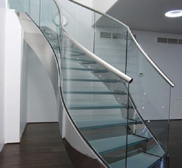 Cầu thang kính tay vịn inox thiết kế lạ mắt, độc đáo