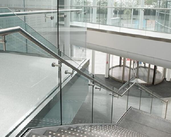 Mẫu cầu thang kính tay vịn inox cho công ty cao tầng