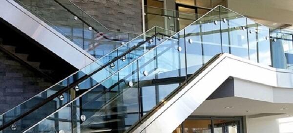 Mẫu cầu thang kính tay vịn inox sang trọng, hiện đại cho nhà biệt thự