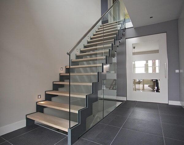 Cầu thang kính tay vịn inox hiện đại cao cấp
