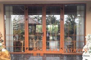 Mẫu cửa nhôm xingfa vân gỗ 4 cánh thiết kế sang trọng