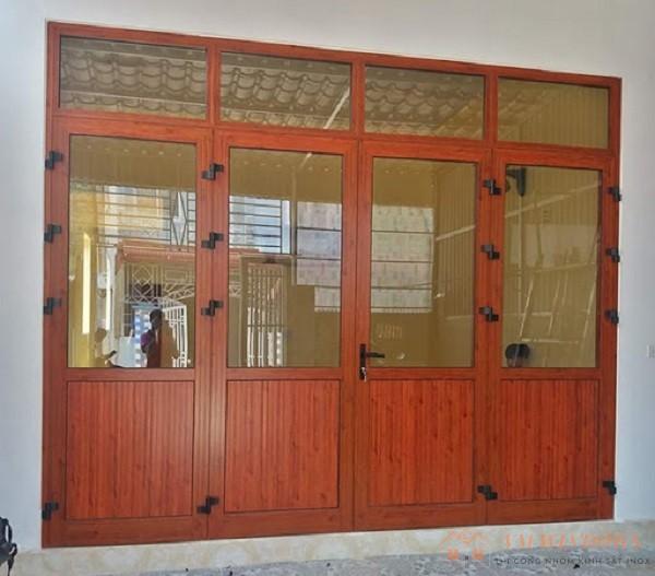 Cửa đi 4 cánh nhôm xingfa vân gỗ thiết kế cổ điển