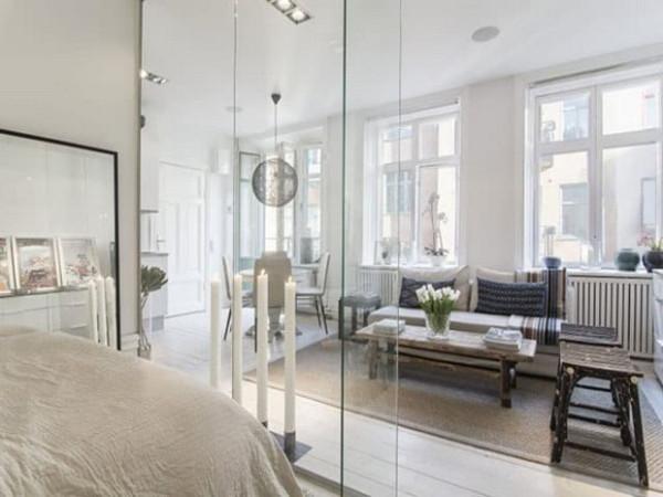 Vách kính ngăn phòng khách và phòng ngủ