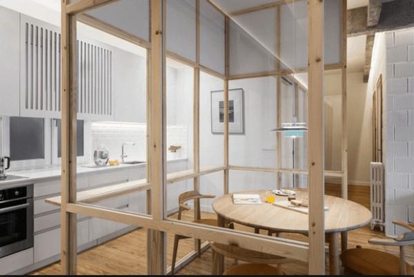 Vách kính ngăn phòng đọc sách và khu vực bếp