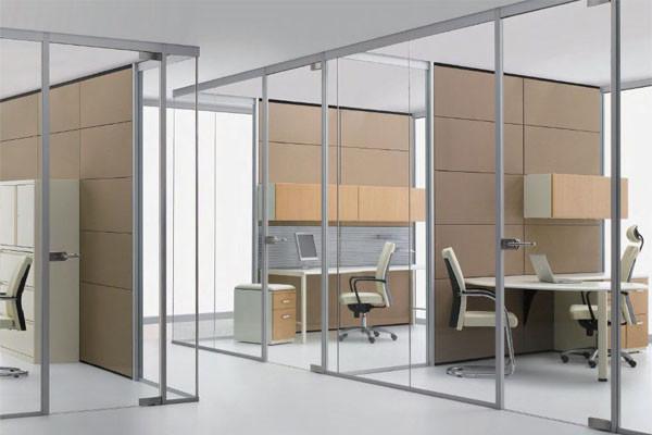 Vách kính văn phòng làm việc của nhân viên