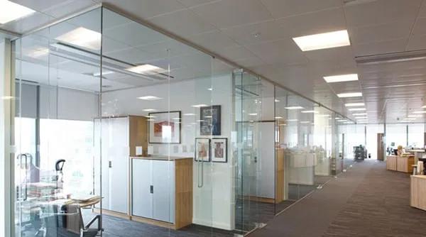 Vách kính văn phòng cho nhiều phòng ban