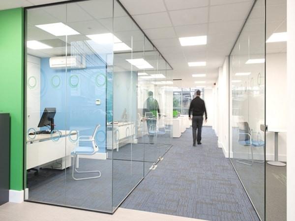 Vách kính văn phòng bộ phận dịch vụ