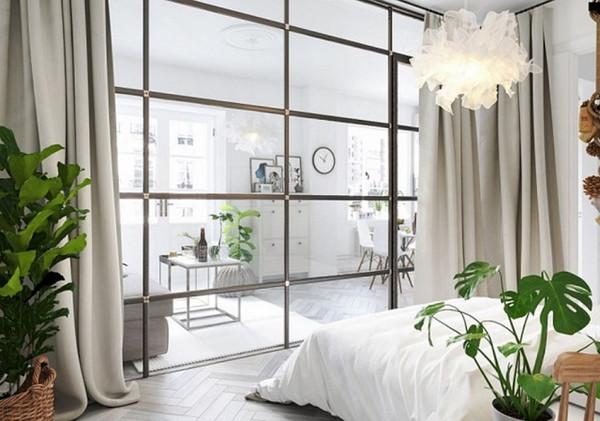 Phòng ngủ giữa cây xanh và vách ngăn nhôm kính