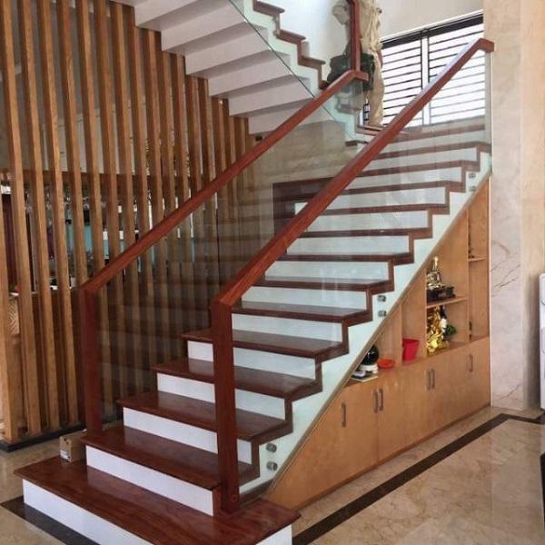 Cầu thang kính tay vịn gỗ vuông bền bỉ, chắc chắn