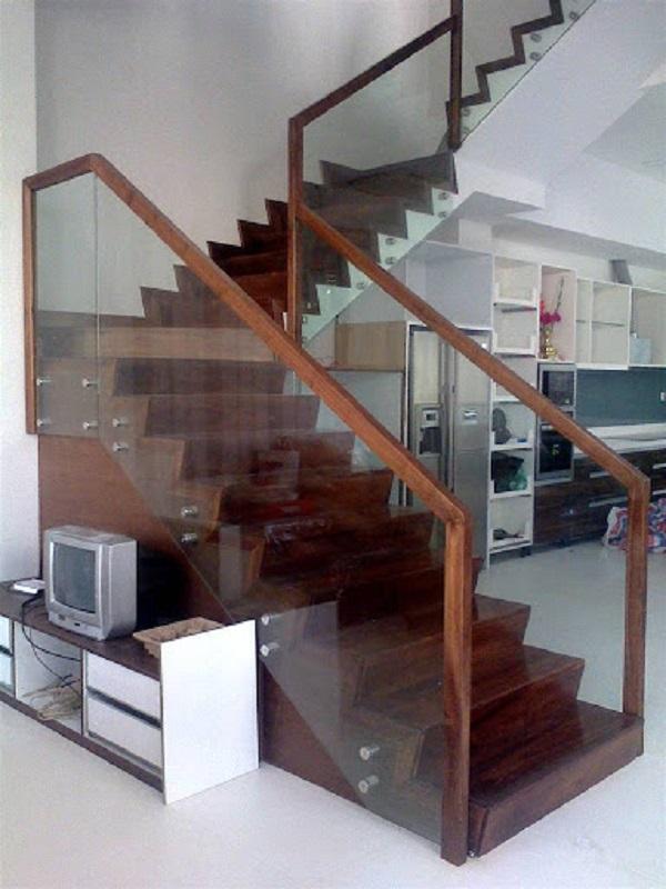 Cầu thang kính tay vịn gỗ vuông thoáng mát