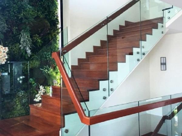 Cầu thang kính tay vịn gỗ hiện đại chất lượng cao