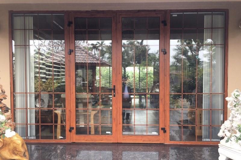 Cửa nhôm Xingfa 4 cánh chia ô màu vân gỗ cổ điển, quý phái