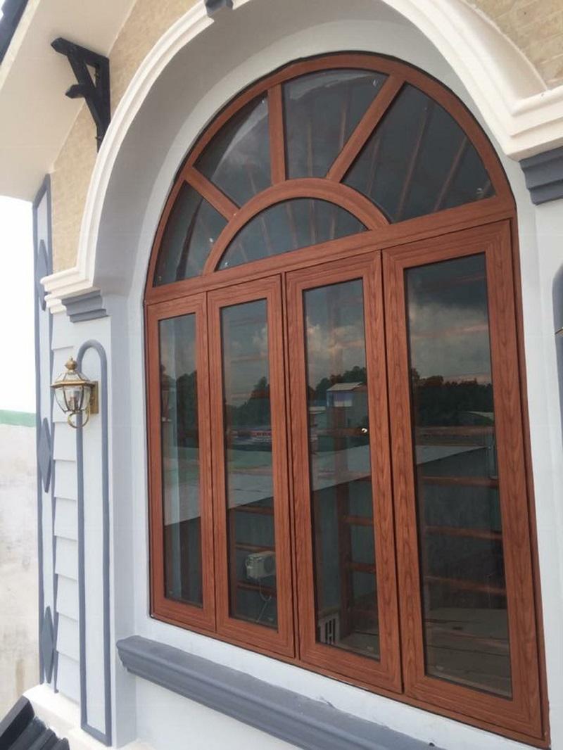 Cửa sổ nhôm Xingfa 4 cánh vân gỗ cổ điển kết hợp uốn vòm hiện đại