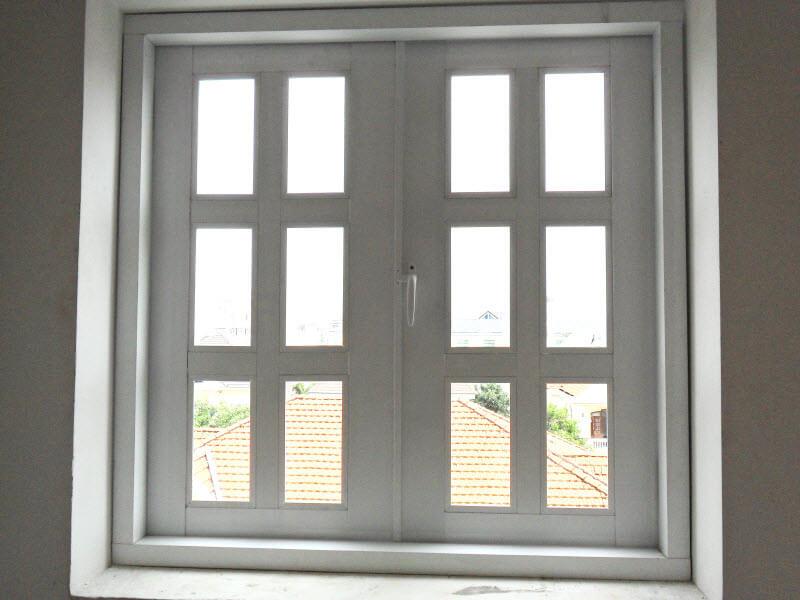 Cửa sổ nhôm 2 cánh chia ô màu trắng sữa nhẹ nhàng, trang nhã