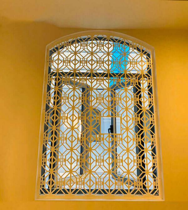 Khung cửa sổ với tone màu vàng nổi bật