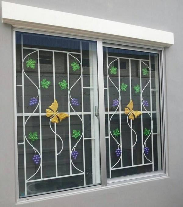 Khung cửa sổ với hình ảnh cỏ cây, hoa lá